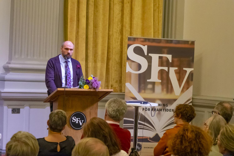 Wilhelm Kvist talar under SFV:s och Publicistförbundets seminarium efter att ha mottagit Topeliuspriset