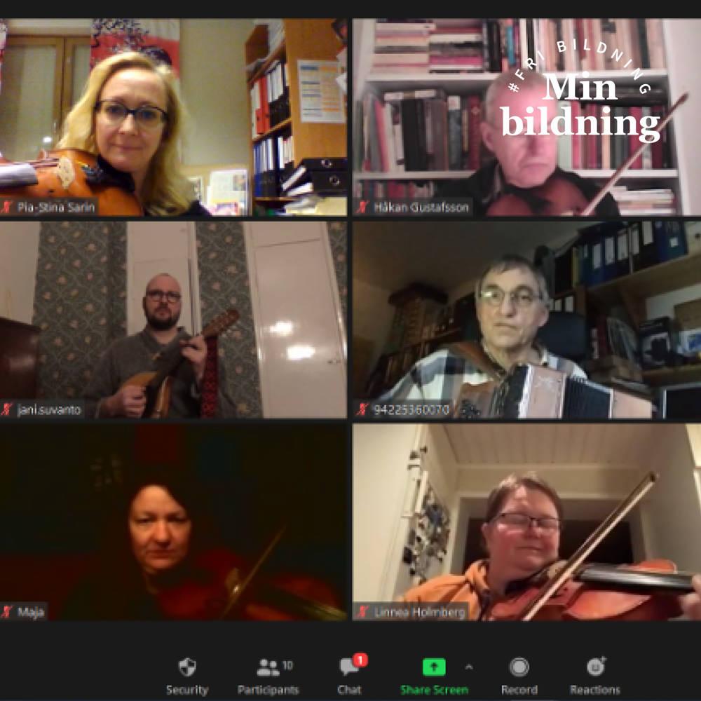 Sex stycken deltagare lär sig stråkteknik via videokonferensprogrammet Zoom. De flesta spelar fiol, men det finns en mandolinspelare och ett dragspelsspelare också.
