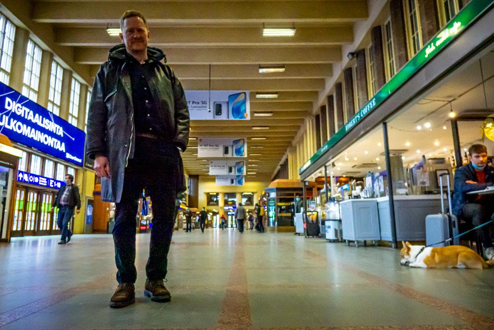 Niklas Wahlström forograferad i huvudhallen på Järnvägsstationen i Helsingfors.